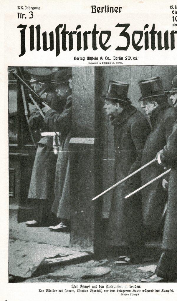 Innenminister Churchill, umringt von Soldaten blickt um die Ecke eines Hauses