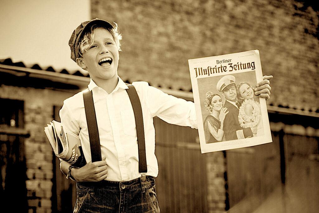 Zeitungsjunge: Strassenverkauf der Berliner Illustrierten Zeitung